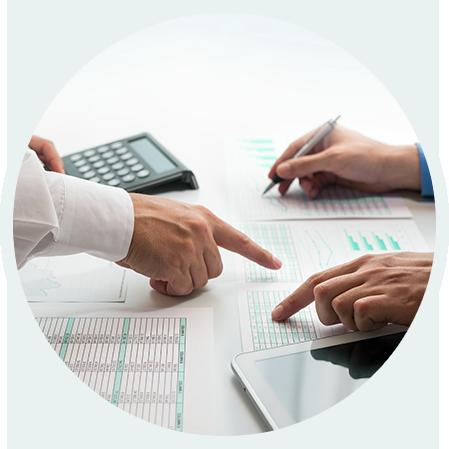 Imagem ilustrando pessoas mostrando informações em uma planilha e realizando cálculos.